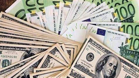 2017: Euro a dolar budou stát stejně, věští ekonomové