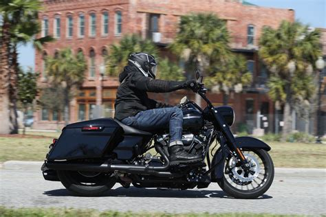 2017 Harley Davidson Road King Special First Ride | Fast Facts