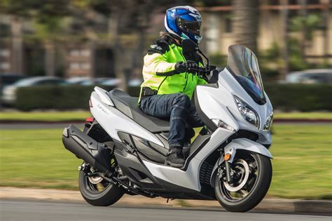 2018 Suzuki Burgman 400 First Ride Review | GearOpen