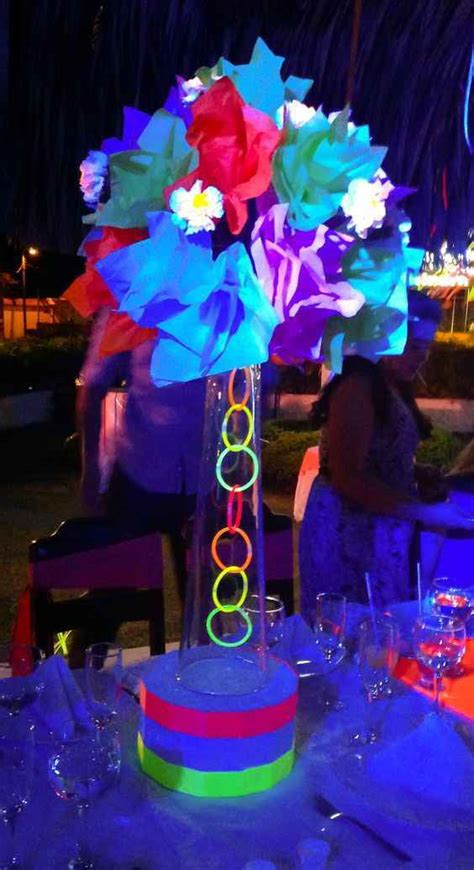 30 Ideas para decorar una fiesta temática de 15 años de neón