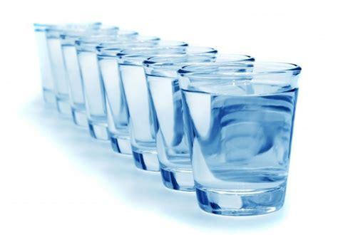 7 beneficios de tomar más agua que no sabías