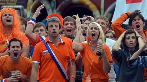 Aficionados holandeses o belgas -imposible diferenciarlos ...