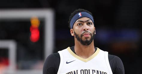 Anthony Davis Leaves Game with Knee Injury - Blazer's Edge