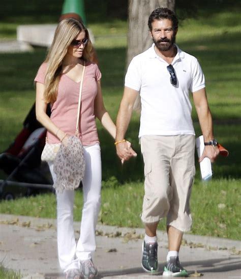 Antonio Banderas luce rejuvenecido junto a su nueva novia ...