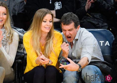 Antonio Banderas se hace divertidos selfies con su novia ...