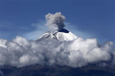 Ash from the Popocatepetl volcano temporarily closes ...