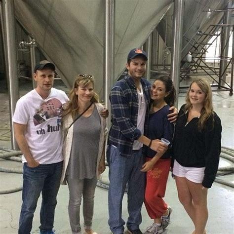Ashton Kutcher, Mila Kunis y los hermanos de Kutcher   Bekia