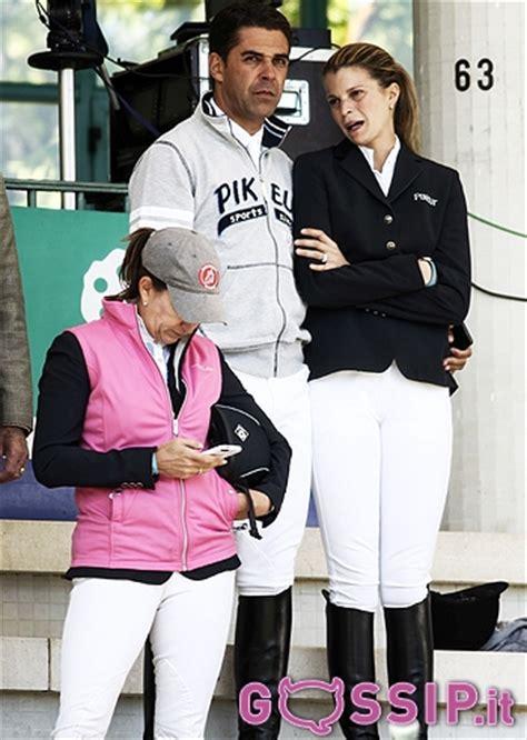 Athina Onassis de Miranda ha sempre con lei a sostenerla ...