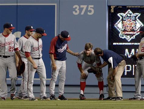 Atleta de beisebol corre demais, bate com rosto na parede ...