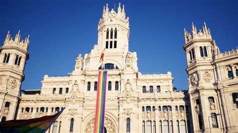 Ayuntamiento de Madrid con la bandera del orgullo gay
