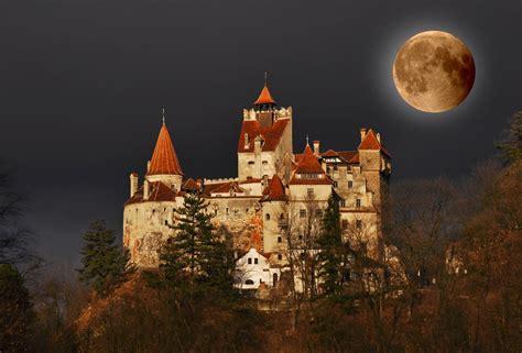 BANCO DE IMÁGENES: Noche de luna llena en el castillo de ...
