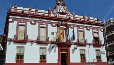 Banderas a media asta y crespón negro en el Ayuntamiento ...
