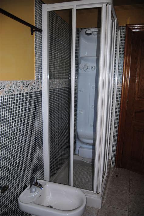 Baño completo con ducha de columna de hidromasaje ...