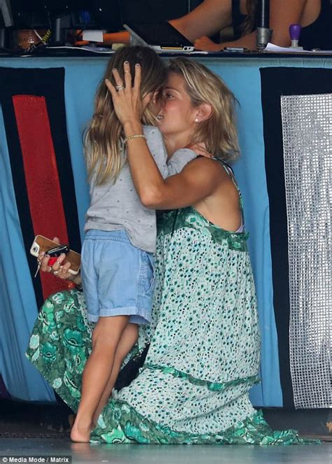 Barefoot Elsa Pataky dotes on children in Byron Bay ...