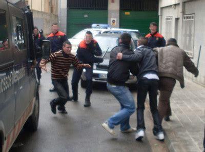 Batalla campal entre Mossos y magrebíes tras una detención ...