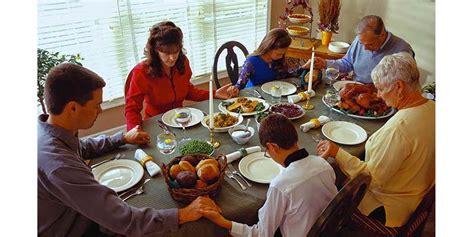 Bendecir la mesa, una costumbre que ayuda a que nuestros ...