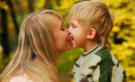 Besos En La Boca A Los Hijos ⇒ ¿Está Bien o Mal?