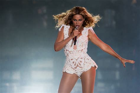 Beyonce Pulled Off Stage By Fan During Brazil Concert ...