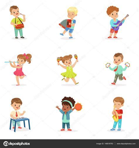Bonitos crianças dançando e tocando instrumentos musicais ...