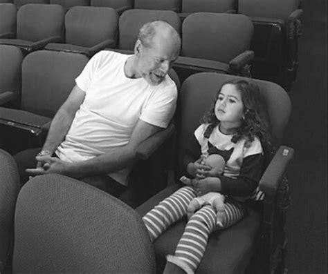 Bruce Willis se lleva a sus hijas pequeñas al teatro