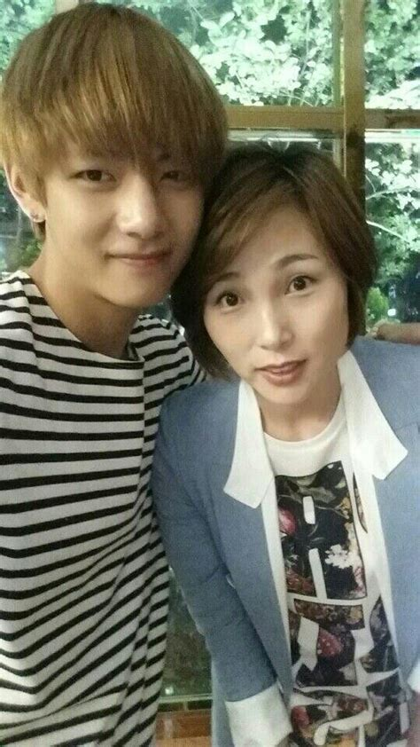 BTS V with his mother // She s so pretty and looks great ...