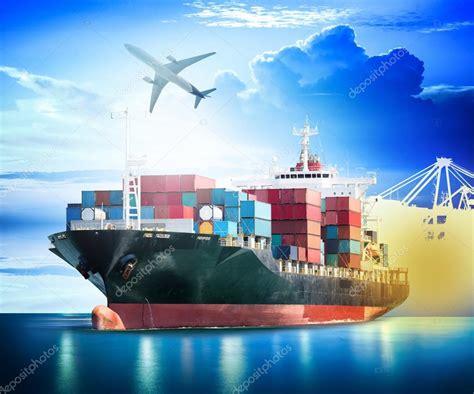 Buque de carga de contenedores con los puertos de la grúa ...