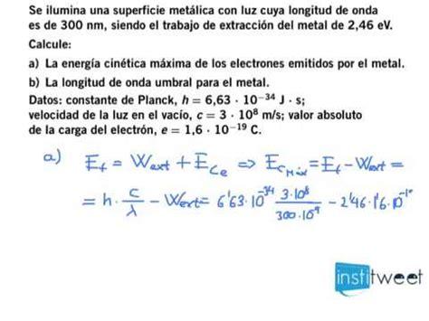 Calcule la energía cinética máxima de los electrones y la ...