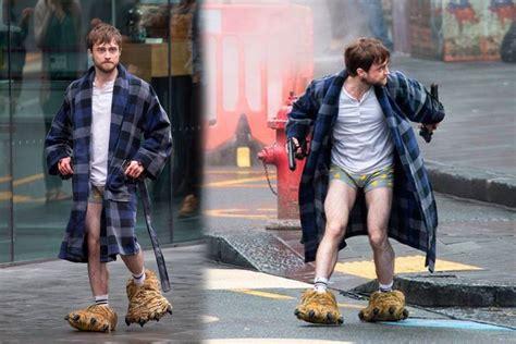 Captan a Daniel Radcliffe en calzoncillos y bata caminando ...