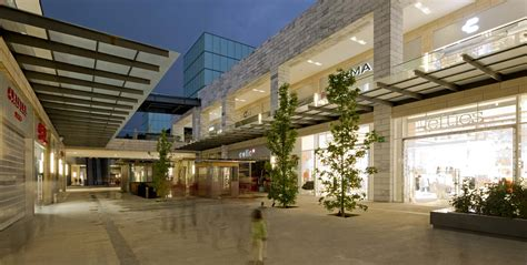 Centro Comercial Vía Vallejo   White and grey granite ...