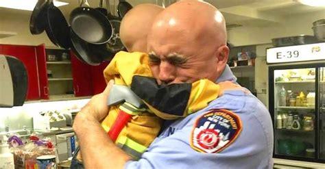 Chico con cáncer se convierte en el bombero más joven de ...
