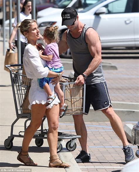 Chris Hemsworth and Elsa Pataky shop for groceries with ...