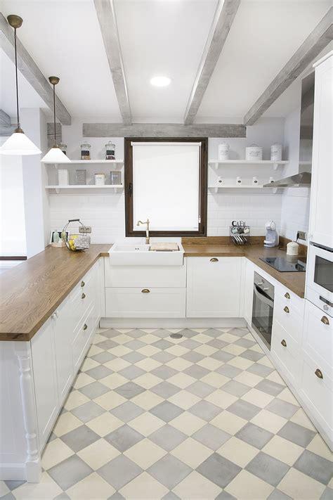 Cocina blanca, encimera de madera, suelo hidráulico ...