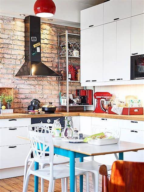 Cocina con pared de ladrillo visto