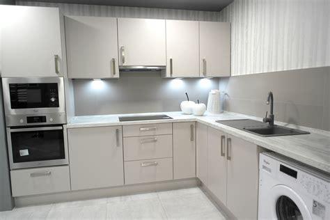 Cocina en esquina con frente gris claro con encimera de ...