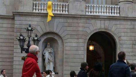 Colau deja el lazo amarillo en el Ayuntamiento ...