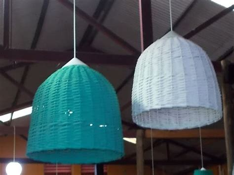 Cómo instalar una lámpara de mimbre colgante