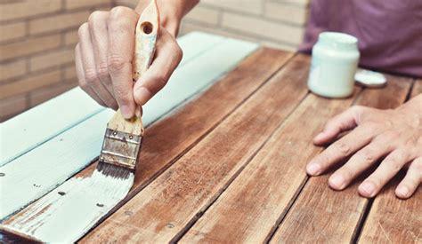 ¿Cómo pintar madera sin lijar o decapar?   Levante EMV