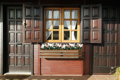 Cómo proteger y decorar puertas y ventanas de madera en ...