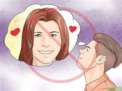 Cómo saber si le interesas a una chica: 28 pasos