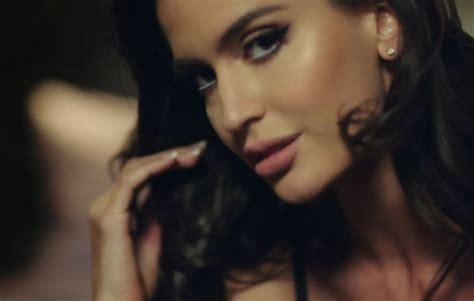 Como se llama la chica del video Felices los 4 de Maluma