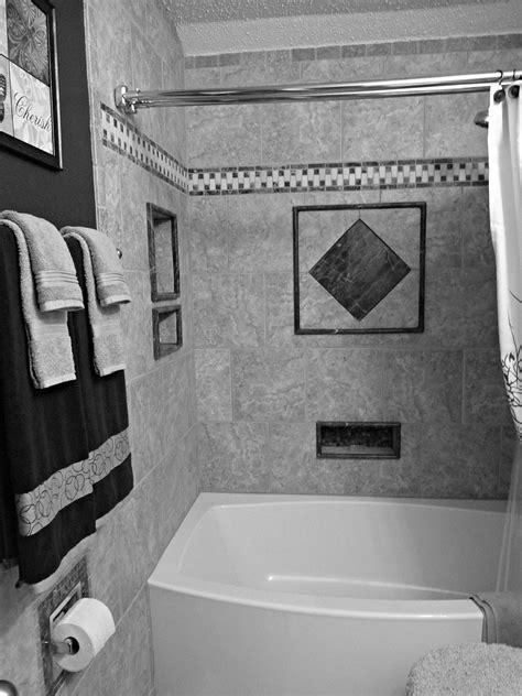 Cómo transformar baños pequeños con pintura para azulejos