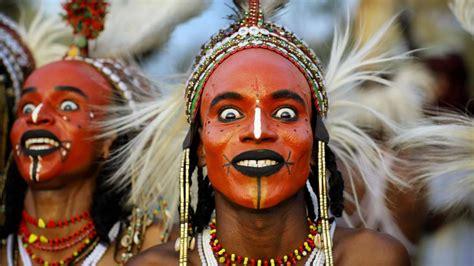 Concurso de belleza masculino en la tribu más feminista de ...