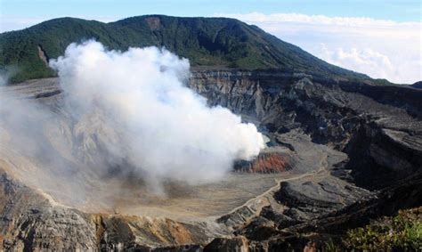 Costa Rica en alerta por dos volcanes en erupción • El ...