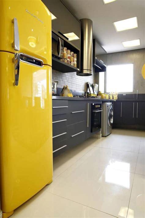 Cozinhas pequenas decoradas com tons de amarelo.