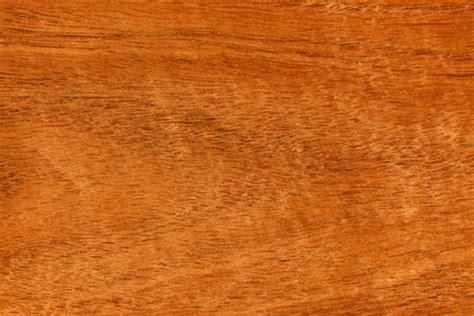 ¿Cuáles son las características de la madera de caoba?