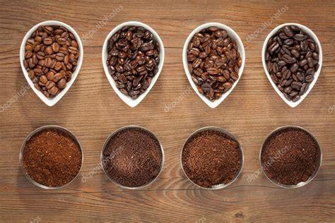 Cuatro variedades de granos de café tostados — Foto de ...