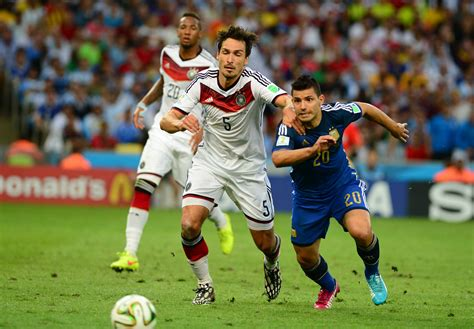 Datei:Germany and Argentina face off in the final of the ...