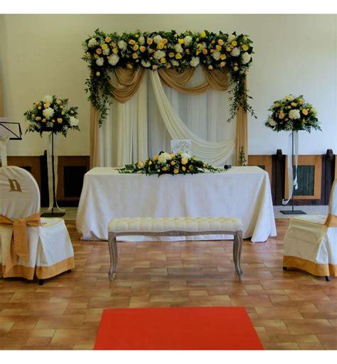 Decoración de boda civil con arco floral con hortensia y rosas