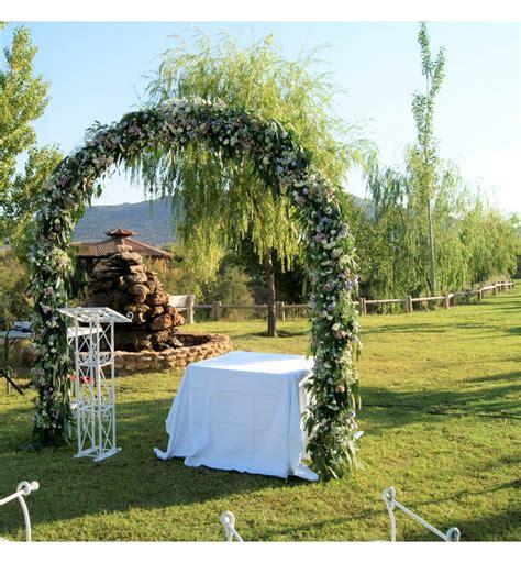 Decoración de boda civil en Fuente Taray con arco floral y ...
