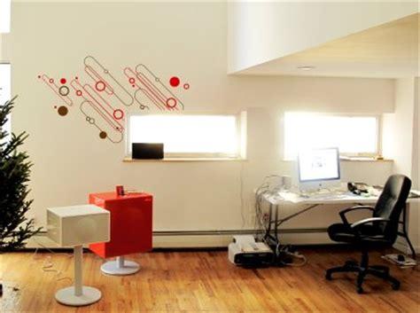 Decoración navideña sutil para oficinas modernas